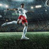 Fotbalista provádí akční hru na profesionální stadion