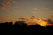 Silueta kostelního kříže při západu slunce.