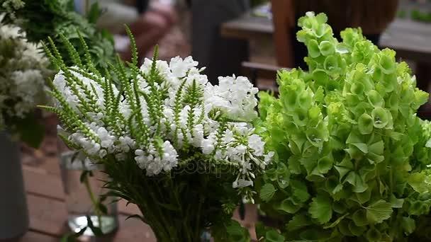 Virágcsokrok állni sorok vázák és vödrök. mesterkurzus a csokrok elkészítése