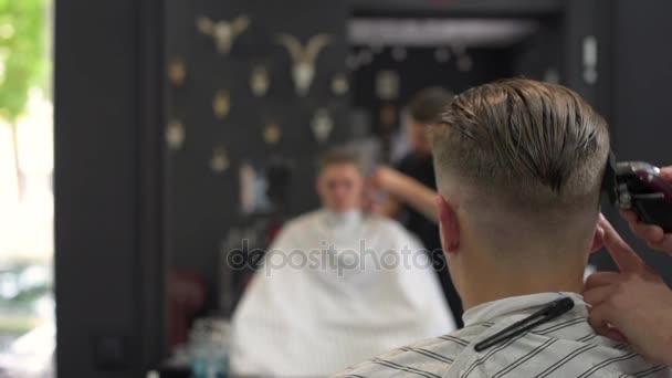 Holič nůžky na vlasy klientů. boční pohled