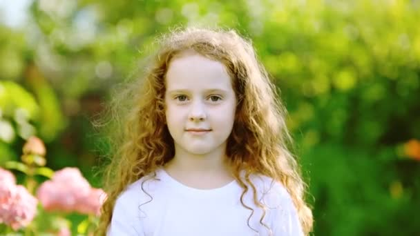 lockiges Mädchen mit Sonnenblume genießt die Natur an einem sonnigen Sommertag.