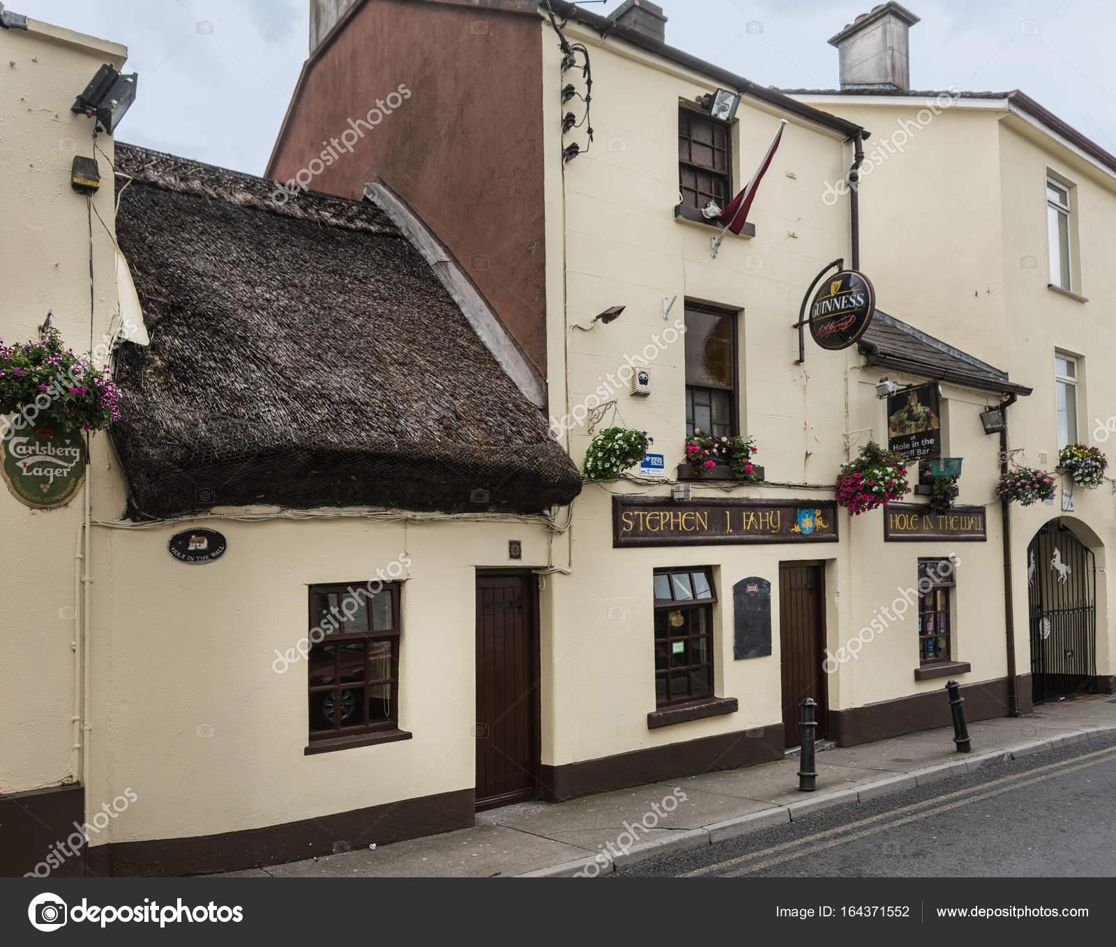 Loch in der Wand-Bar in Galway, Irland — Redaktionelles Stockfoto ...