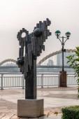 Han River sétányon nonfiguratív szobor, Da Nang Vietnam.