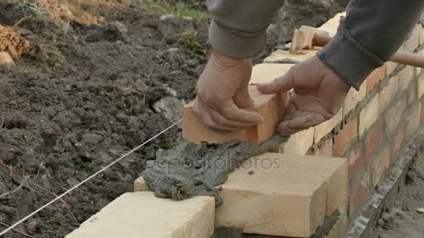 Pracovník tvorby cihlová zeď