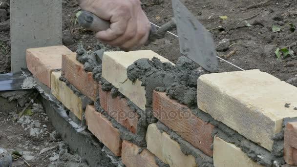 Dělník, budova cihlová zeď