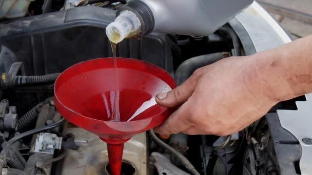 Mechanik vylévající čerstvé syntetických nebo minerální olej pro motor