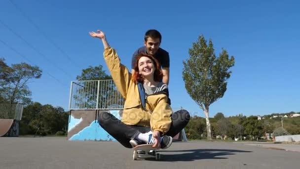 Ten rolích dívku na skateboardu