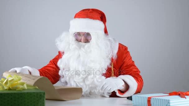 Babbo Natale 50.Babbo Natale Legge Una Lettera E Una Pistola Di Ricarica 50 Fps