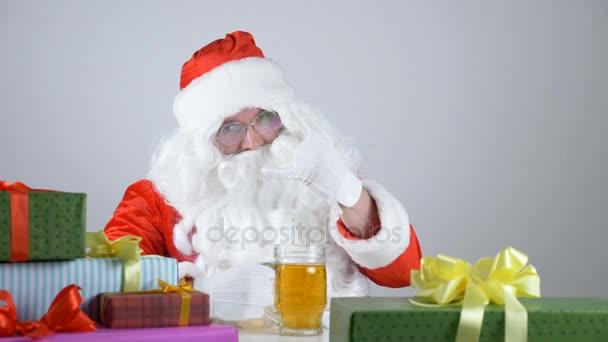 Babbo Natale 50.Babbo Natale Mostra Un Segno Di Roccia E Beve Una Birra 50 Fps