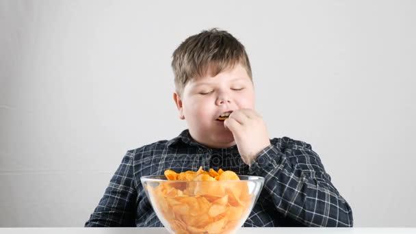 junger fetter Junge isst Chips 50 fps