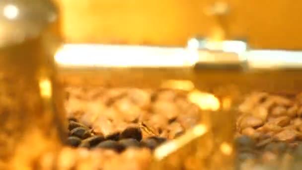 Kávová zrna v zlaté mlýnek. Detailní záběr