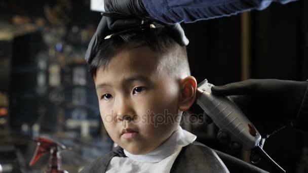 Barbiere In Guanti Neri Rade Delicatamente I Capelli Dietro Le