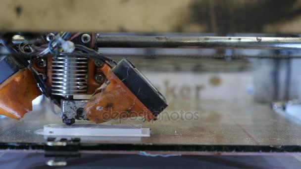 Domácí amatérské 3D tiskárna tiskne plastový obrázek