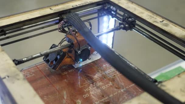 Domácí 3D tiskárna tiskne plastový obrázek