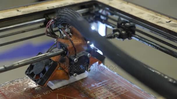 Domácí 3D tiskárna tiskne plastový obrázek, inovace
