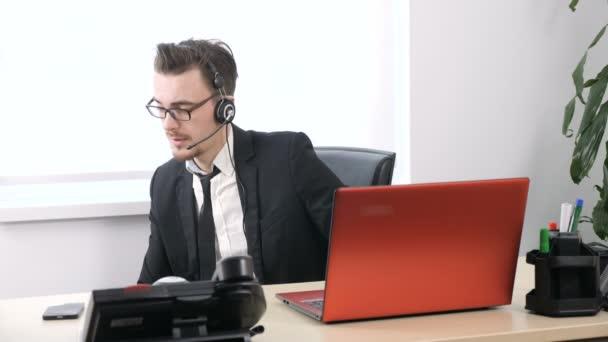Travail dans le bureau lhomme en costume fait un exercice pour les