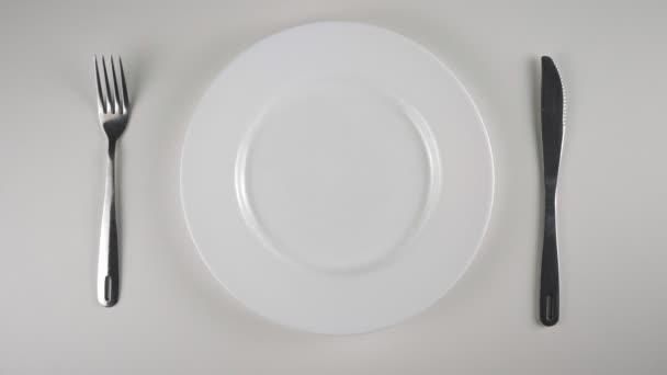 Pánské ruce dá mycí prášek lusky na desku z mísa. Příprava k jídlu kapsle s detergentem, prací prášek lusky výzvu, internetové meme. 60 snímků za sekundu