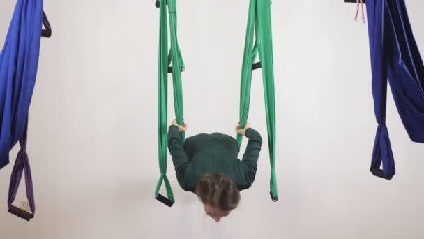 Mladá Kavkazský žena dělat antigravitační fly jóga cvičení v houpací síti ve studiu doma. Letecká aero překrýt fitness trenér cvičení. Horizontální meditace. Medituje, harmonii a vyrovnanosti koncept, zavřít