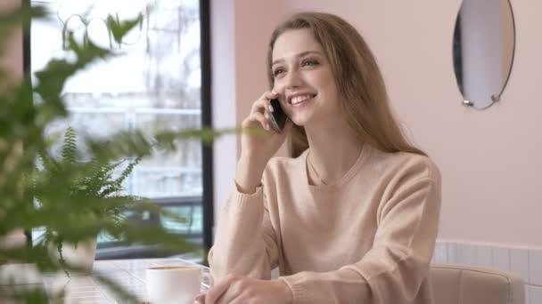 elegante schöne kaukasische Frau mit Smartphone, telefonieren am Telefon, Smartphone, Café 60 fps