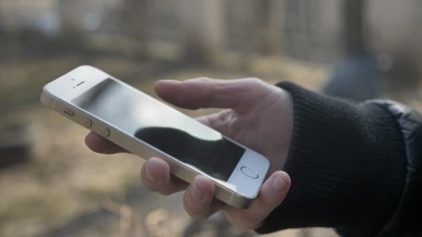 Ženské ruce držet smartphone, pomocí chytrého telefonu, textové zprávy, psát zprávy, posouvání koncept. Venkovní 60 fps