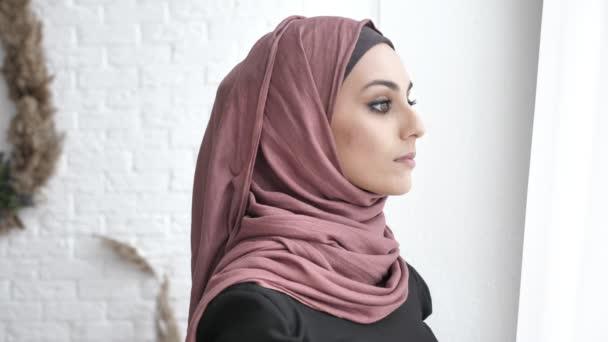 Junge schöne indische Mädchen Hijab Wegsehen, Blick in die Kamera, Porträt Konzept 50 fps