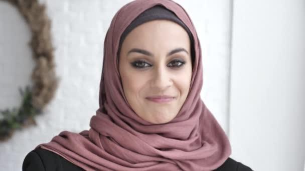 Indische Mädchen Hijab lächelnd schütteln ihr Kopf, ja Zeichen Geste der Zustimmung, weißen Hintergrund 50 fps