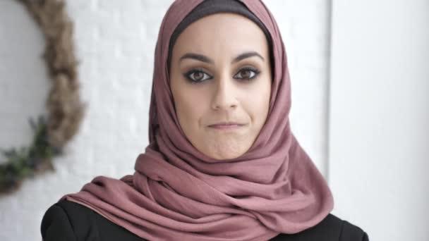 Indische Mädchen Hijab kopfschüttelnd, ja Zeichen Geste der Zustimmung, weißen Hintergrund 50 fps