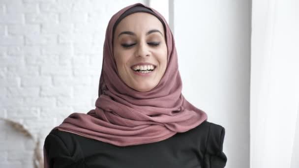 Indische Mädchen Hijab, Lächeln, lachen, schüttelte ihren Kopf, ja Zeichen Geste der Zustimmung, weißen Hintergrund 50 fps
