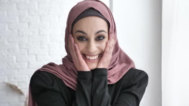 Junge Inderin in Hijab Lächeln, lachen, überrascht, Sonnenlicht, neben dem Fenster weißen Hintergrund 50 fps