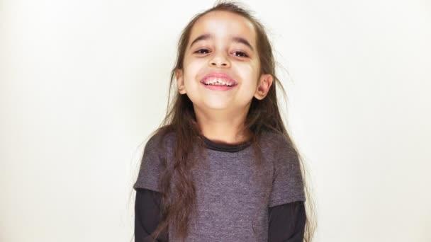 Jen šťastná dívka s úsměvem, smáli se a při pohledu na fotoaparát, portrét, bílé pozadí 50 fps