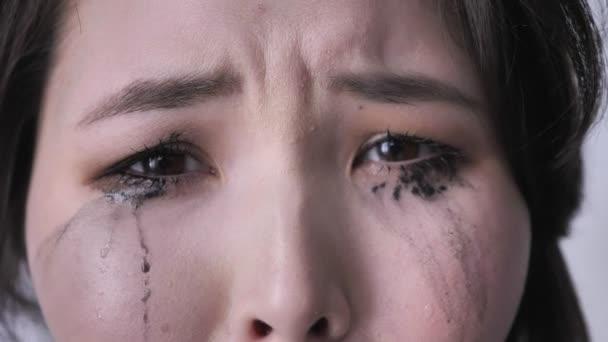 Asijské pláč oči, pláč, při pohledu na fotoaparát, rozmazaný make-up 50 fps