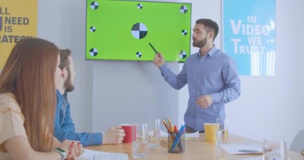 Kollegen Geschäftspräsentationsteam plant diskutieren Green-Screen-Treffen applaudiert verschiedenen Multirace Vertrauen