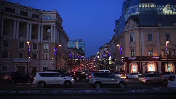 V předvečer novoročních svátků večer Vladivostok. Hlavní ulice Vladivostok. Vladivostok, prosinec. 2018