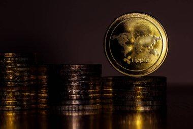 diğerleri üzerinde paralar dönen 4 k fiziksel metal altın Ripplecoin para. Dünya çapında sanal Internet para. Dijital Ripple sikke siber, cryptocurrency Xrp.