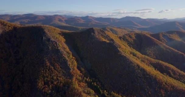 Pohled shora. Létání nad podzimními kopci městečka Dalnegorsk. Pohled na horu 611 v Dalnegorsku, kde v roce 1986 spadlo Ufo.