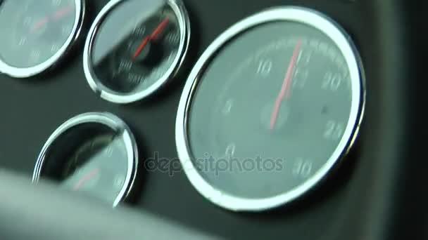 Monitory na řídicím panelu zobrazit při jízdě