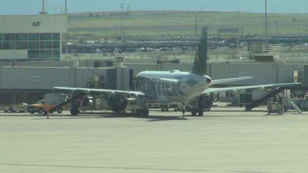 Frontier airlines letadlo na letišti