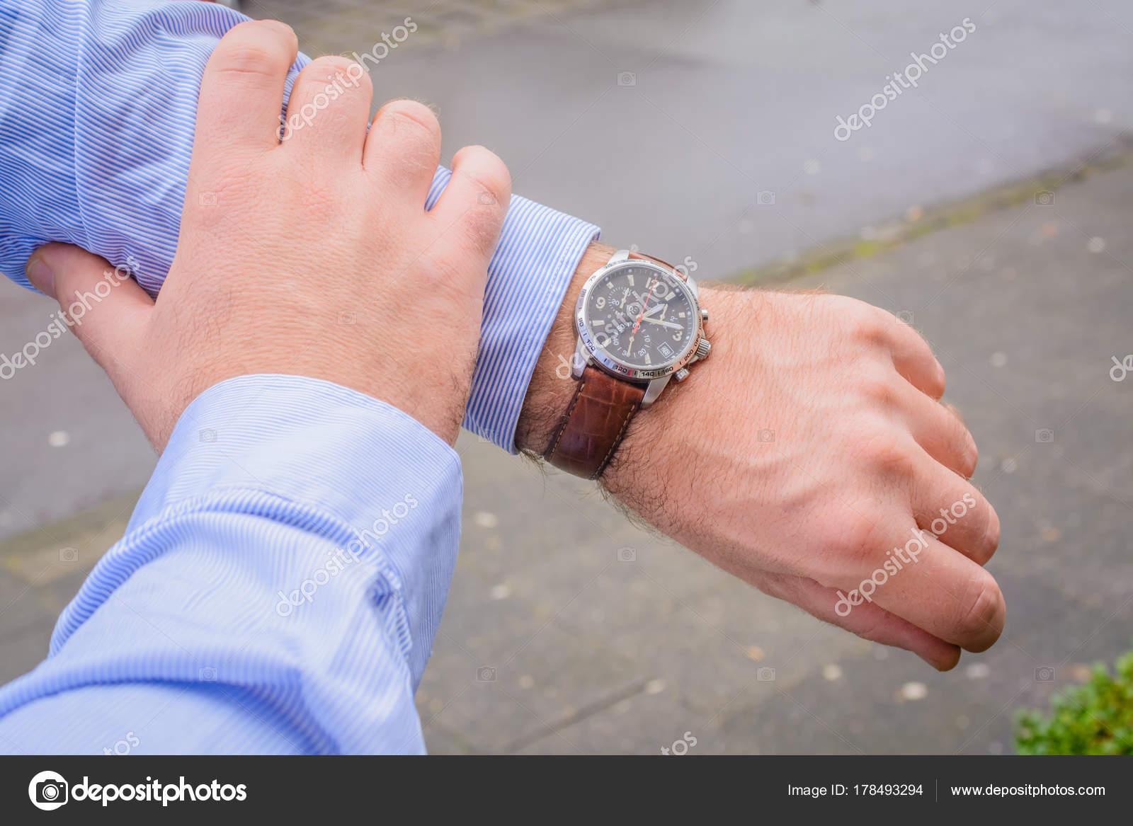 Hombres de negocios mirando reloj — Foto de schillermedien 7ec898c4bd6c