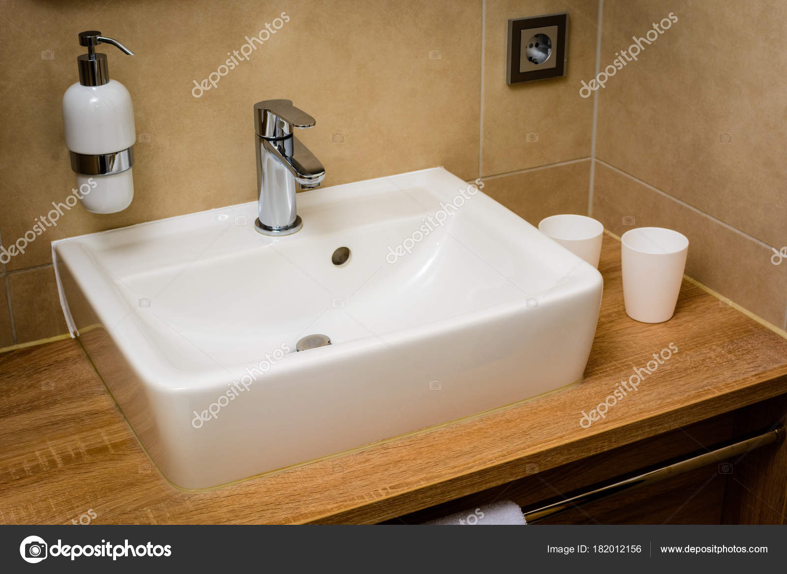 Bagno moderno con bianco lavandino sapone spender u foto stock
