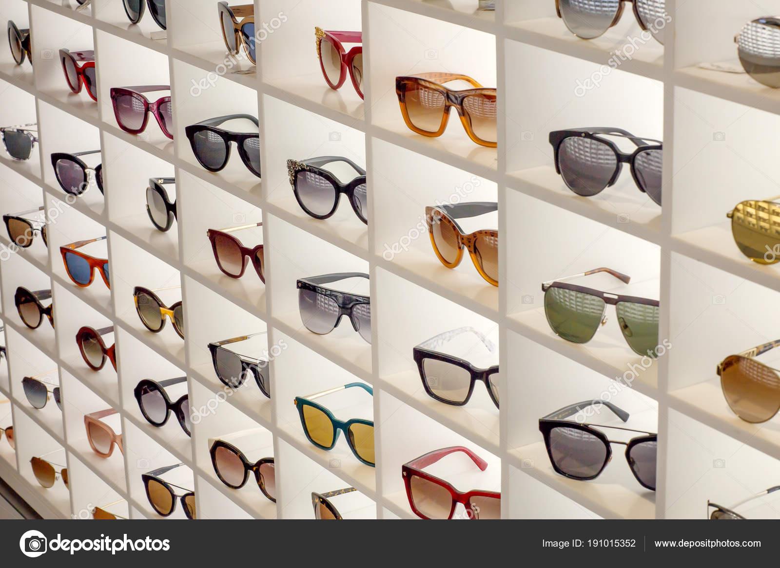 2ca50c5630b6 Различные солнцезащитные очки в магазине дисплей полки — Стоковое ...