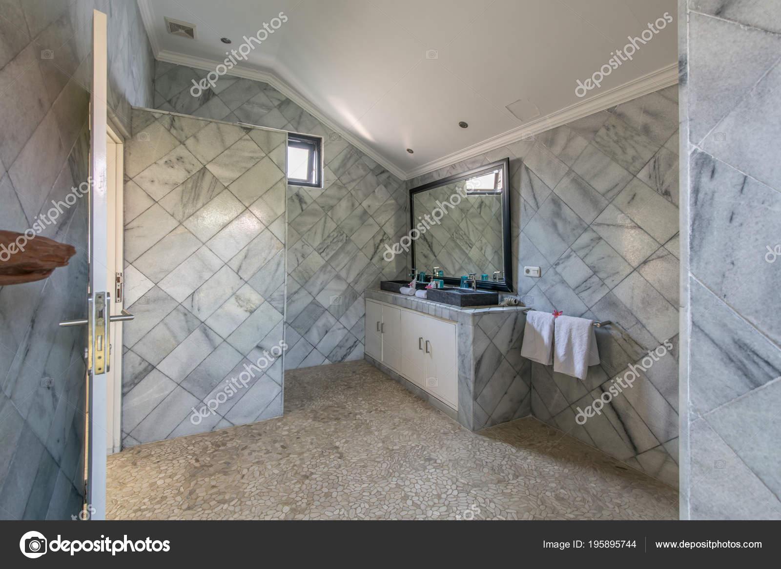 Bagno moderno tonalità grigio stanza bagno contemporanea con stile