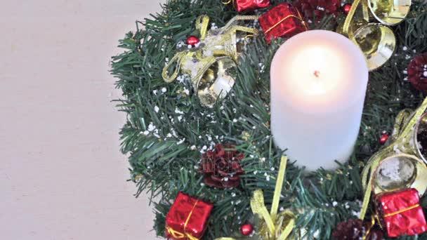 Schöne Weihnachtsdekoration mit brennende Kerze