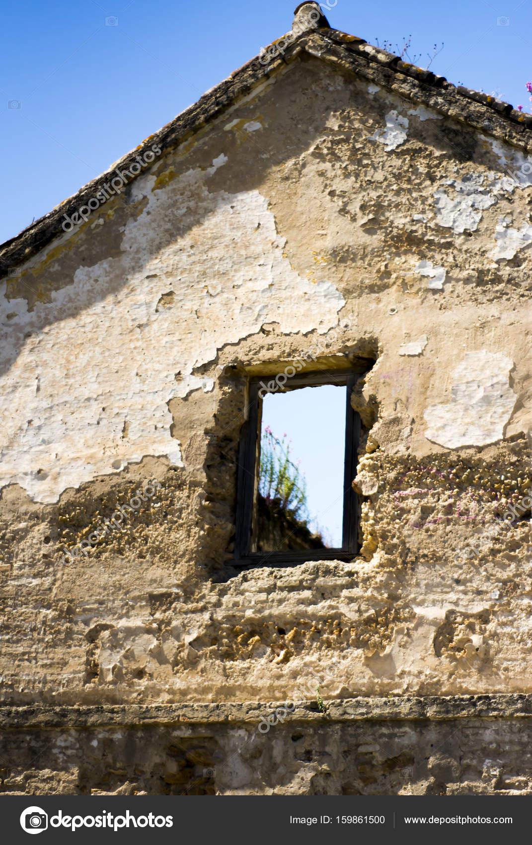 b8c2171ac286 Разрушенный дом окно, через который вы можете видеть голубое небо — Фото  автора januaryxii