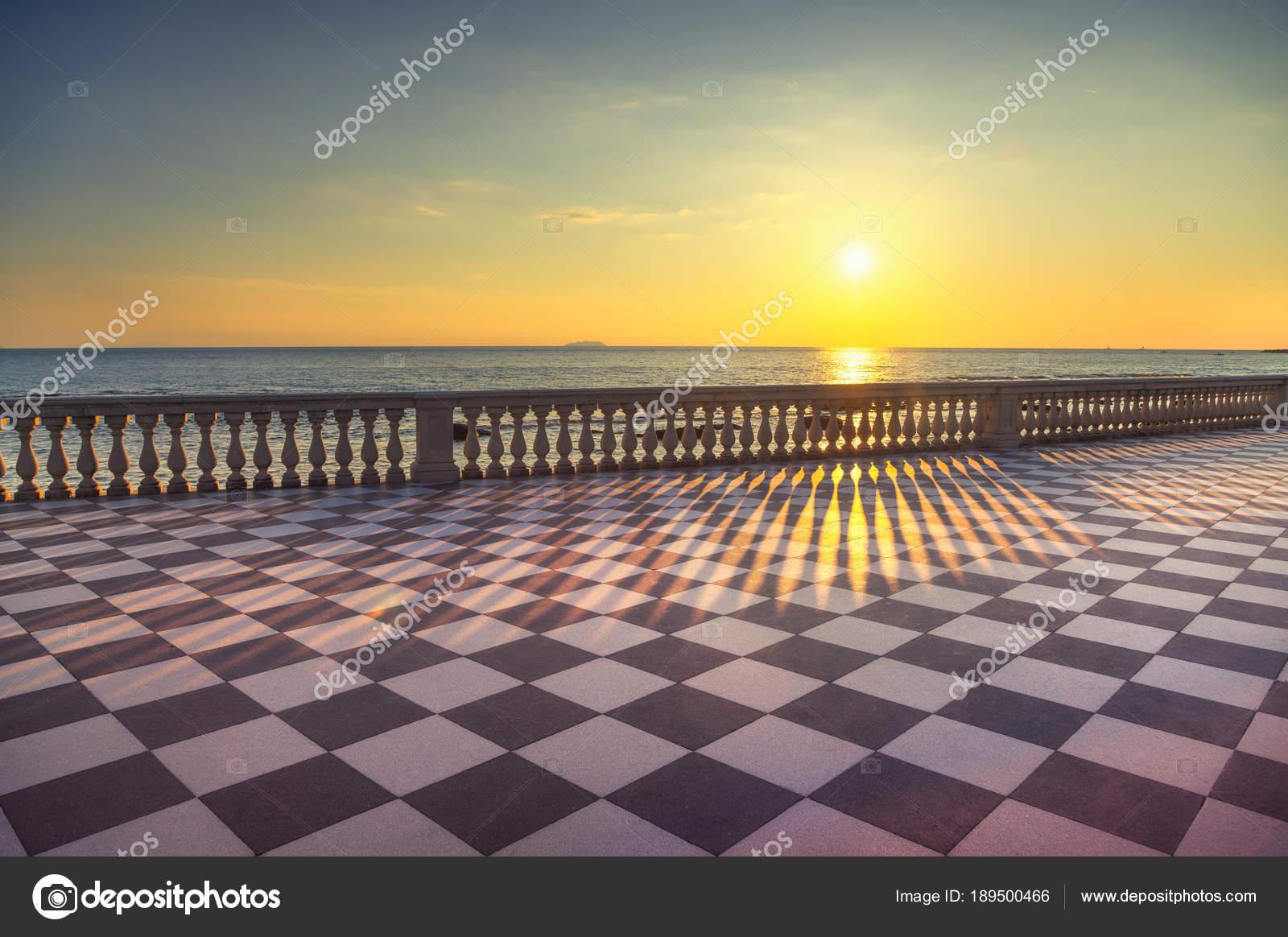Terrazza Mascagni Terrasse Belvedere bei Sonnenuntergang. Livorno ...