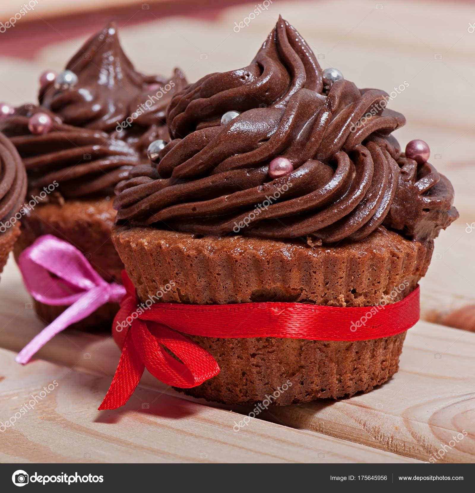 Cupcakes Chocolate Con Crema Chocolate Decorado Con Cinta Sobre