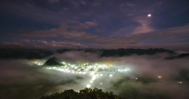 4 k časová prodleva, malebné večer na vysokou horu, zataženo a blesk se kolem města v Sapa, provincii Lao Cai, Vietnam