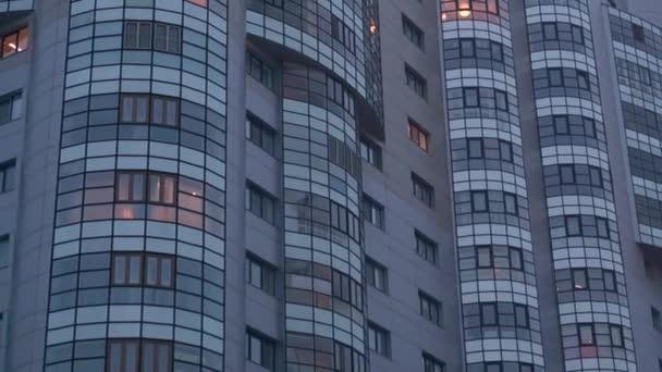 šedé vysoké budovy, mnoho oken