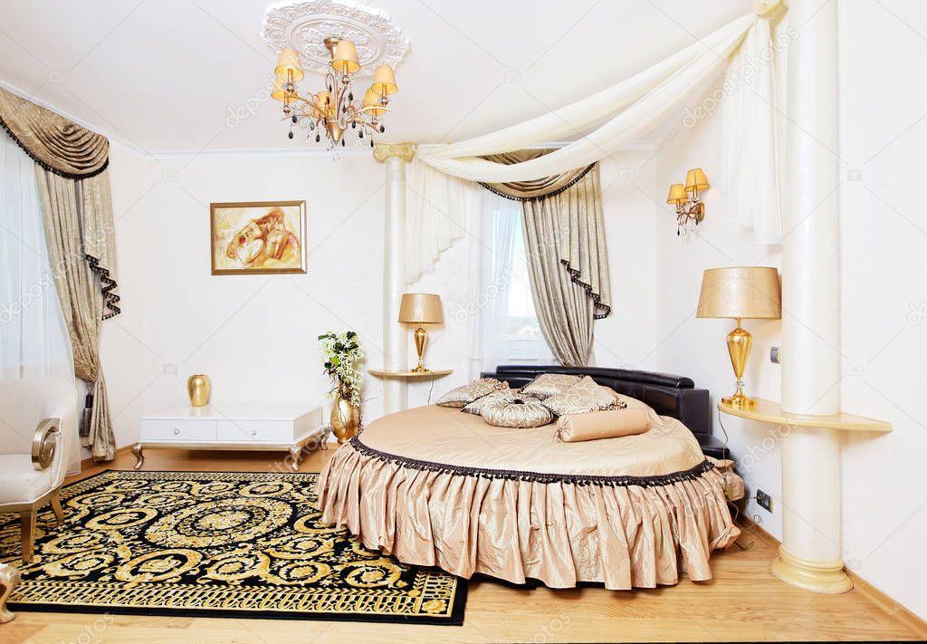 Tabella interna con letto rotondo e piccolo d\'oro classica ...