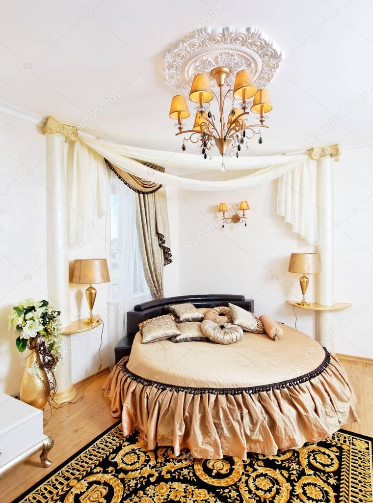 Interiore di dorato classico camera da letto con letto ...