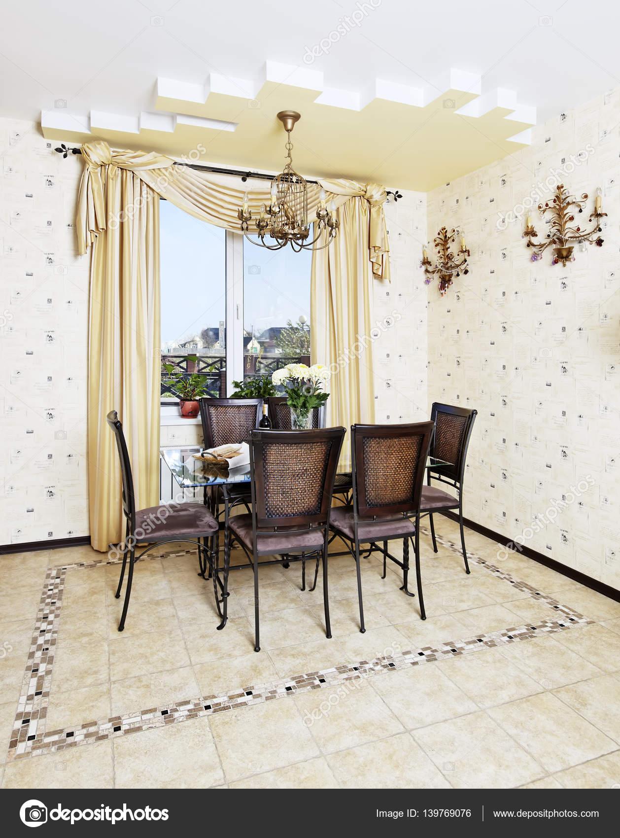 Esstisch und Stuhl im gelbe Küche — Stockfoto © rawgroup #139769076